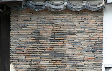 表瓦積壁は、西南の役で焼け残った古い土瓦